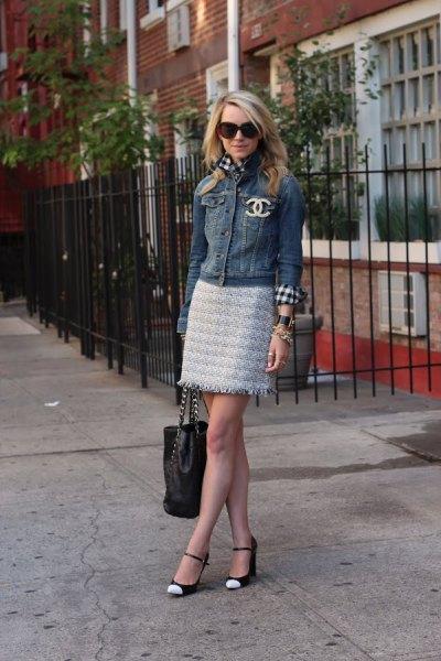 Jeansjacka med minikjol och vita och svarta tåskor