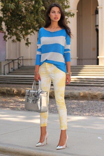 blågrå randig tröja med smala jeans tryckta i gult