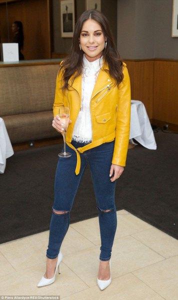 vit knappskjorta gul läderjacka