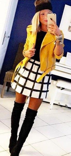 gul skinnjacka vit och svart rutig skater kjol