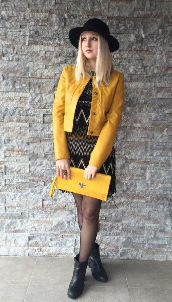 gul skinnjacka, svart slida klänning tryckt med tribal