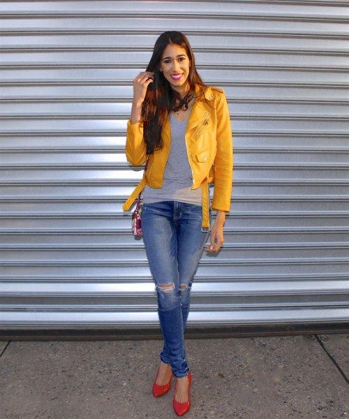 gul jacka grå väst topp blå rippade jeans