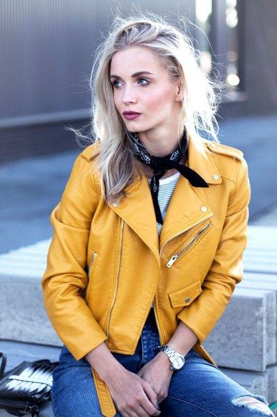 gul läderjacka jeans choker