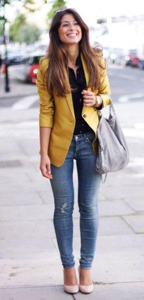 gul jacka svart skjorta med knappar