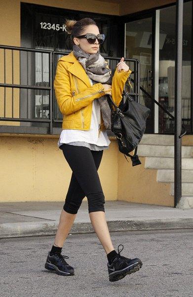 gul skinnjacka svart knälängd sport
