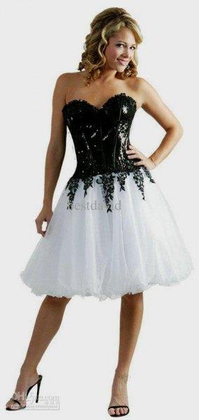 Knälång klänning i svart och vitt korsett tyll