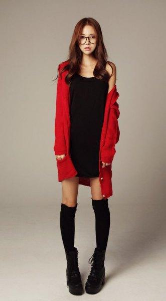 röd lång kofta med svart miniklänning