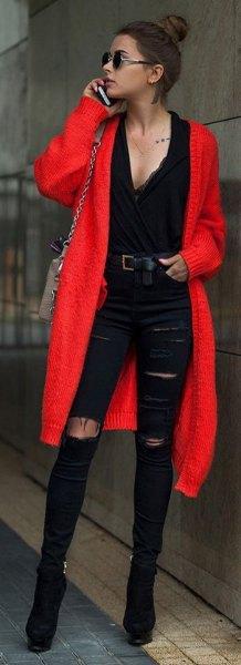 röd midikardigan med svart blus med djup V-ringning och rippade jeans