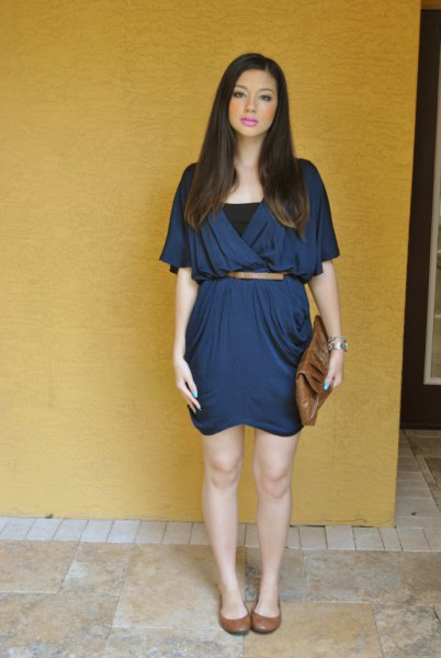 Marinblå klänning med bälte och svart väst