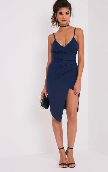 Marinblå klänning med hög split och djup V-ringning och choker