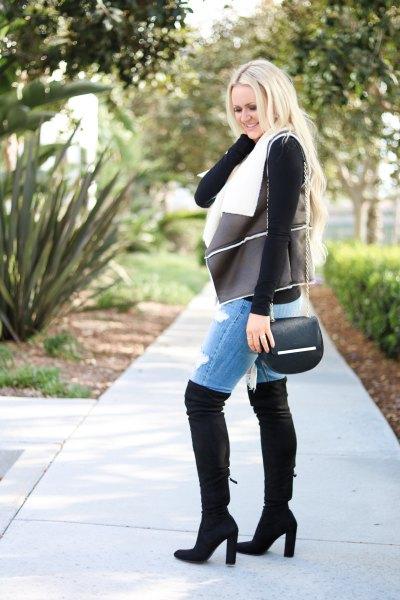svart shearling läderväst med jeansshorts och overknee stövlar