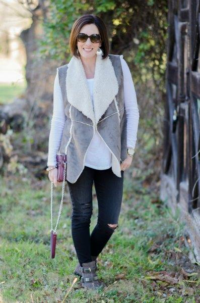 grå väst med svarta jeans och mockaskor