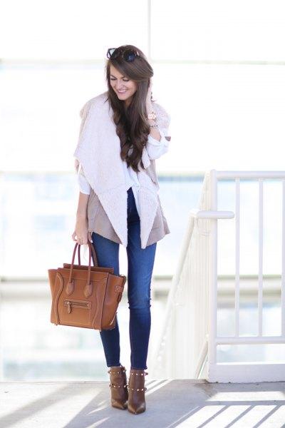 blå skinny jeans och brunt läderhandväska