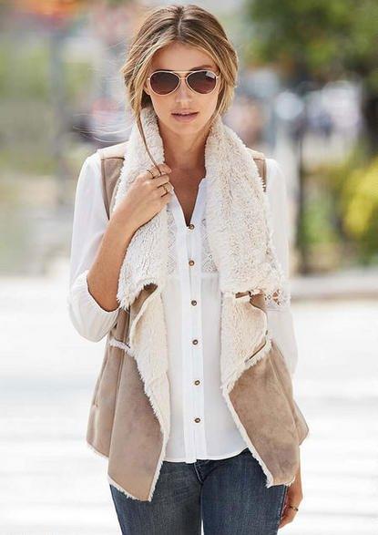 vit spetsskjorta med knappar och ljusgrå lammskinnsväst