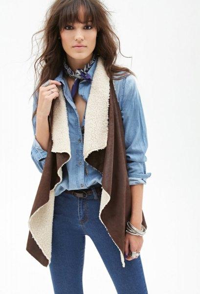 Chambray-skjorta med smala jeans i brun lammskinnsväst