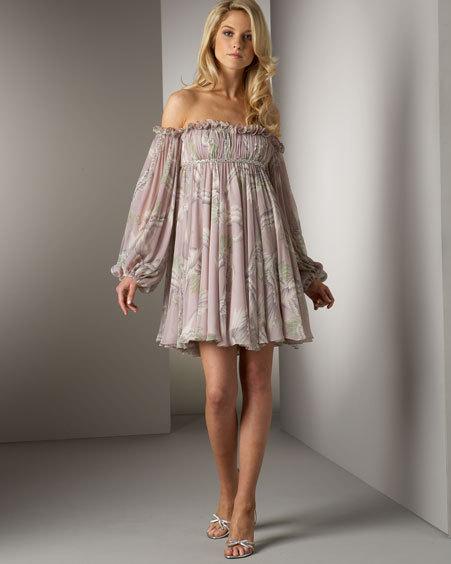 blommig axelbandslös klänning