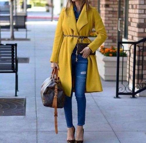 Long-liner gul kappa med fleecebälte och smala jeans med blå anklar