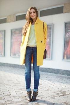 gul lång ullrock med vit tröja och manschettjeans