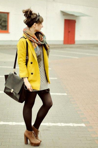 gul jacka med rodnande rosa kabelstickad minitröja klänning