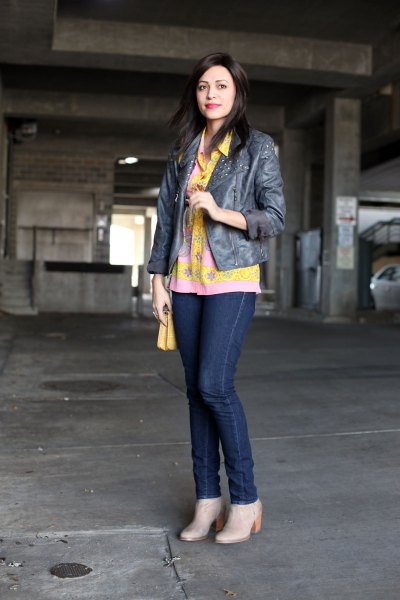 gul blomma knappskjorta mörkblå skinny jeans