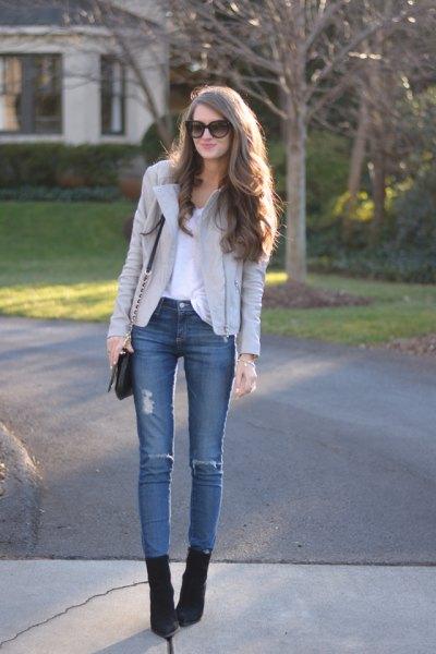 ljusgrå skinnjacka blå skinny jeans