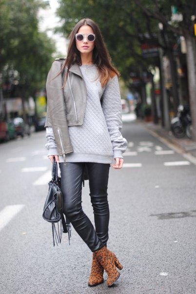 grå jacka tjock tröja svart läder gamacher