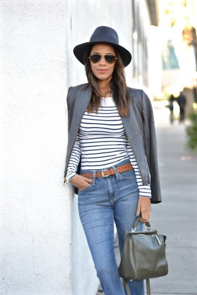 grå läderjacka marinblå och vit randig långärmad T-shirt