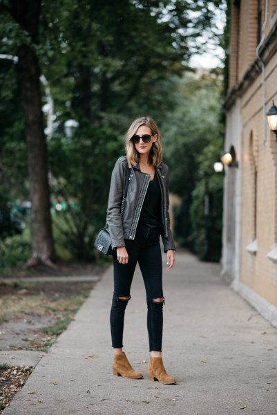 grå läderjacka helt svart outfit