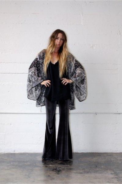 svartvitt tryckt kimono med sammetslen klockbyxor