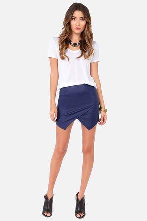 vit t-shirt med V-ringning och mörkblå miniskort