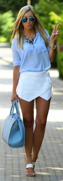 ljusblå chiffongblus med halva ärmar och vit minikjol