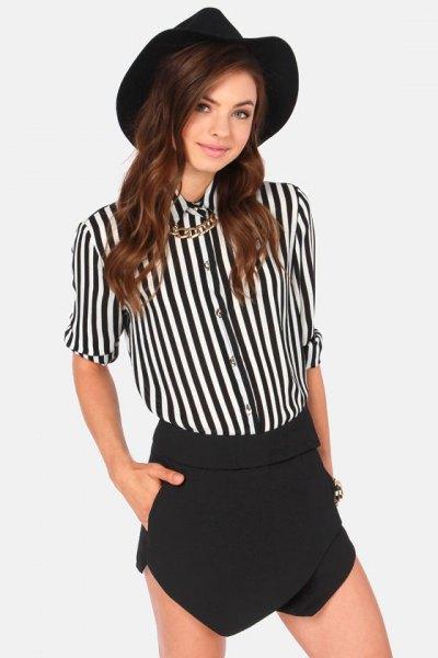svartvitt randig skjorta med knappar, minikjol och filthatt
