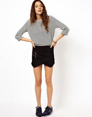 svartvit randig långärmad T-shirt och mini kuvert kjol