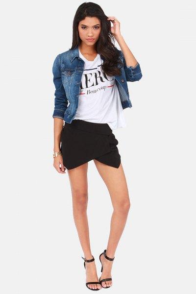 blå jeansjacka med vit grafisk skjorta och minikjol