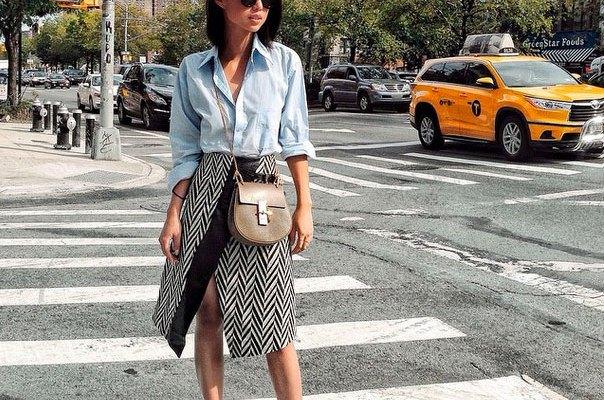 Ljusblå chambrayskjorta med knappar och midikjol med sicksackmönster