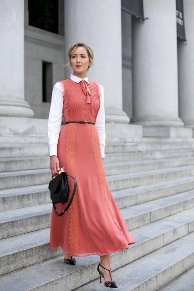 vit skjorta med knappar, ljusröd klänning