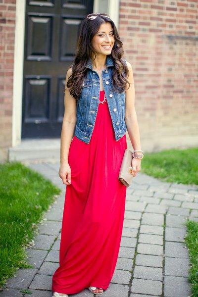 röd maxiklänning denimväst