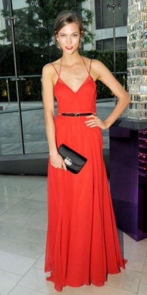 Strappy klänning med rött bälte och V-ringning