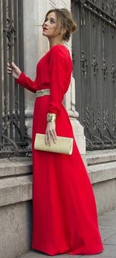röd maxiklänning med långa ärmar och bälte