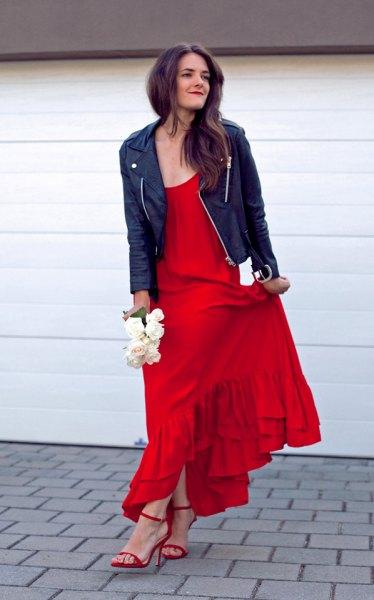 svart läderjacka röd volangklänning