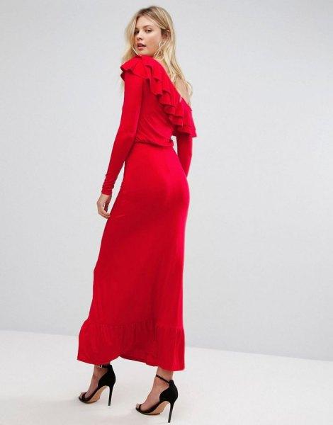 röd axelbandslös volangklänning