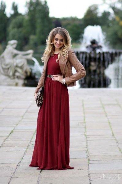 vinröd maxiklänning kamelblazer med bälte