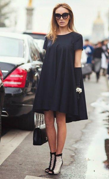 svart midi gungklänning med vita fotkängor med fotled