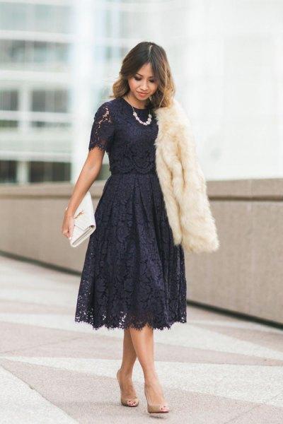 svart kortärmad spetsfärgad klänning och fläckad midiklänning med vit fuskpäls