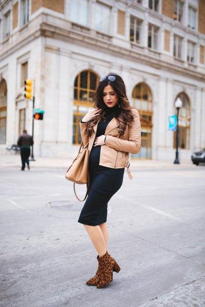 Ljusrosa läderjacka med svart kortärmad midiklänning