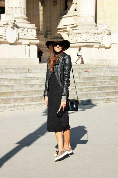 svart skinnjacka med floppy hatt och svart midiklänning med ärmar
