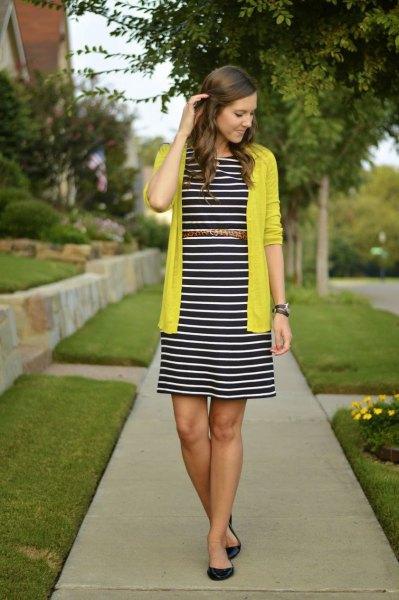 gul kofta med svartvit randig midiklänning