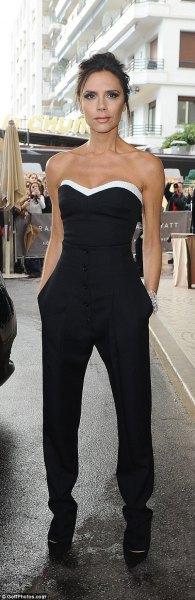 svartvitt axelbandslös, figur-kramad topp med chinos med raka ben