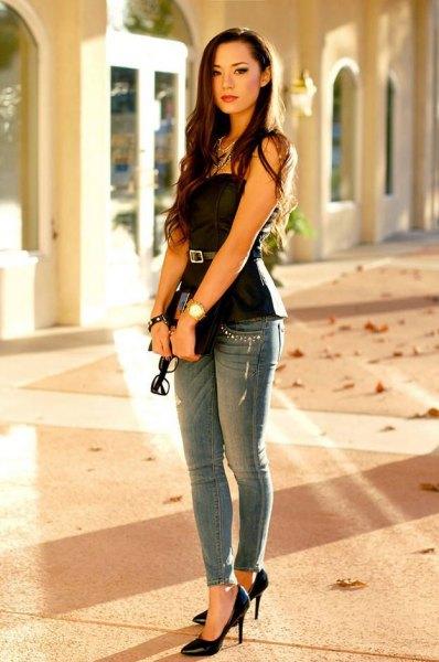 Axelbandslös svart peplumtopp med bälte och grå skinny jeans