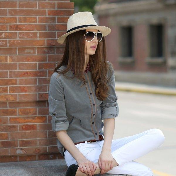 grå skjorta vit skinny jeans stråhatt
